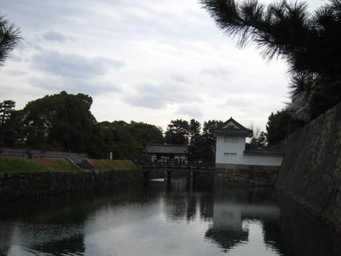 2・国・二条城櫓と堀.JPG