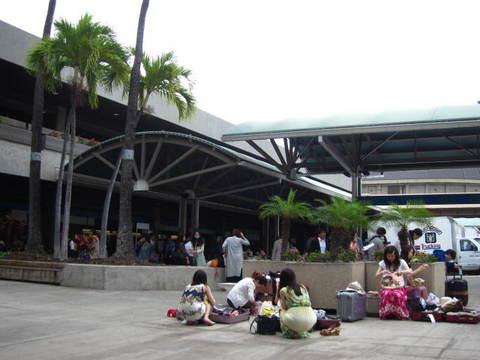 1・JALハワイホノルル空港ベンチ2.JPG