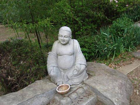 2・つくばボタン園石像.JPG