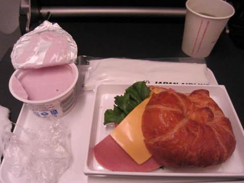 4・ホノルルから日本に機内食.JPG