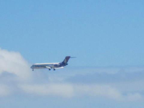 4・ホノルル空港着陸機.JPG